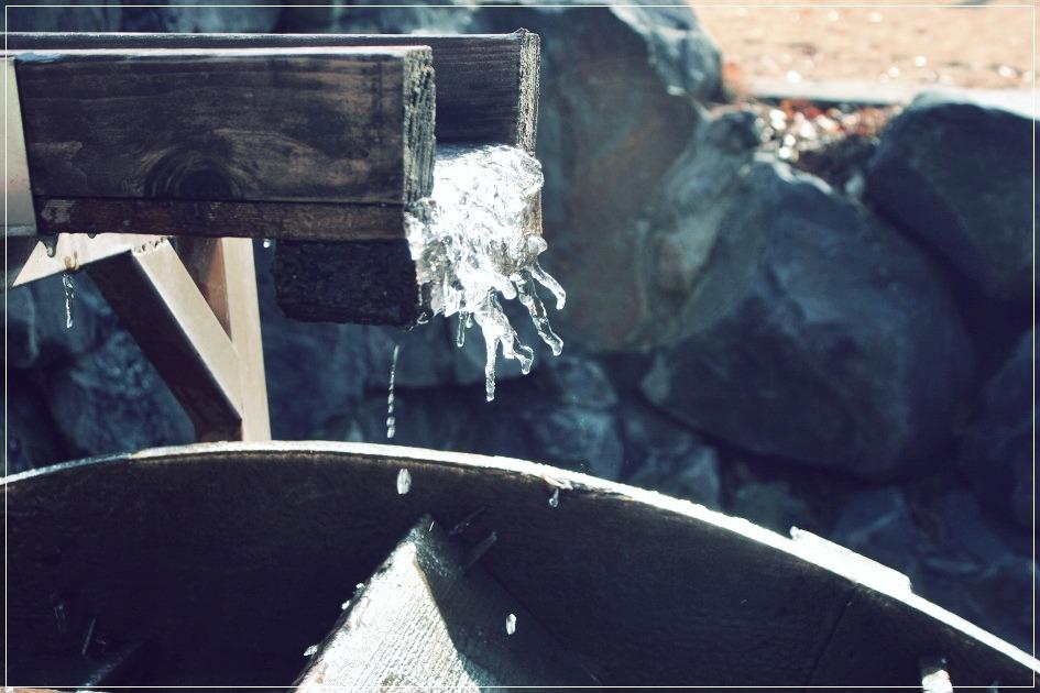 꽁꽁 언 물레방아의 물