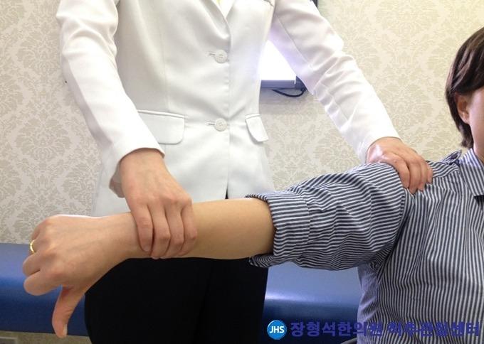 어깨 힘줄 손상 '회전근개 파열'의 원인과 치료법