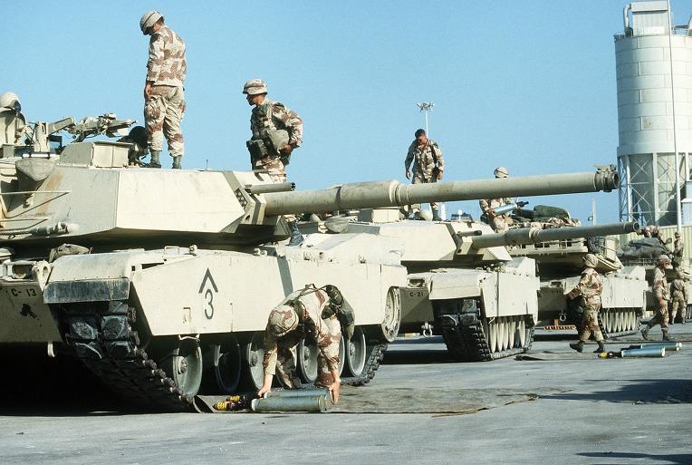 사막의 폭풍작전시 미군 M1 에이브람스 전차의 105mm AP탄 보급 US M1 Abrams Tank 105mm AP sabot round supplies during Operation Desert Shield